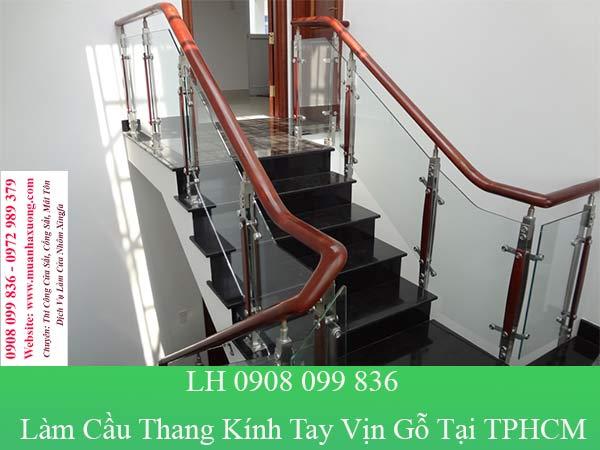 Làm cầu thang kính tay vịn gỗ tại TPHCM giá rẻ